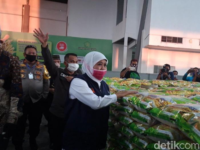 Menkes menyetujui PSBB untuk Surabaya Raya. Gubernur Khofifah Indar Parawansa meminta warga tidak panic buying selama PSBB.