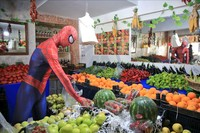 Jika di dalam komik Marvel, Spiderman melawan para penjahat maka yang ada di Turki ini mengemban tugas lain.Kini diamembantu para lansia berbelanja di tengah pandemi virus Corona. (Goodable/Twitter)