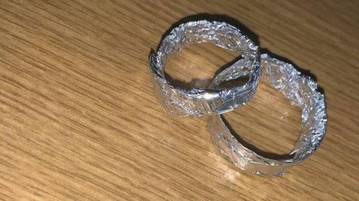 Cincin pernikahan pasien positif Corona.