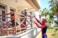 Soylu berkostum Spiderman sejak pergi berbelanja ke pasar untuk membeli bahan makanan pokok. Aksinya dilanjutkan dengan meletakkan makanan tersebut di depan rumah tetangganya yang sudah lanjut usia. (Goodable/Twitter)