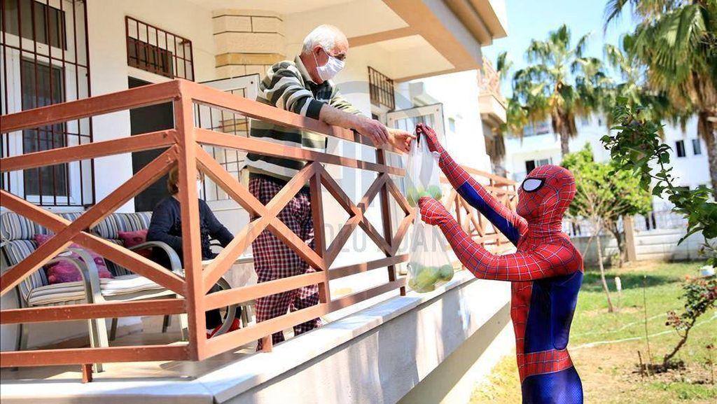 Spiderman di Turki Bagi-Bagi Sembako Saat Wabah Corona