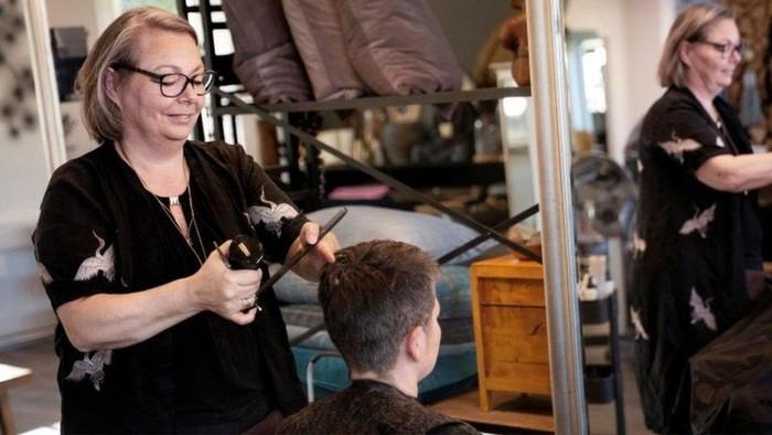 Virus corona: Denmark longgarkan lockdown, pangkas rambut pun diserbu pelanggan
