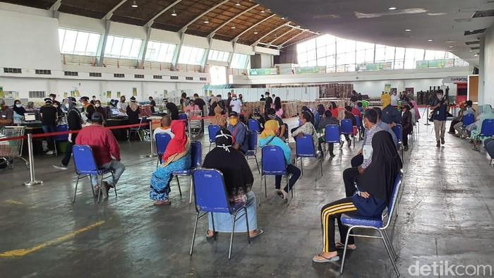 Ratusan warga memadati pembukaan Lumbung Pangan Jatim di JX International Surabaya. Lumbung Pangan ini merupakan program Pemprov Jatim dalam menyediakan sembako murah bagi masyarakat.
