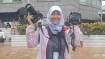 Adek Berry Perempuan Pemotret di Garis Depan Saat Pandemi Corona