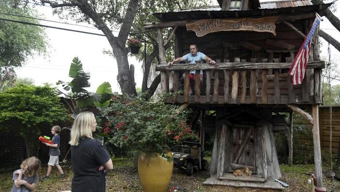 dr Jason Barnes mengisolasi diri di rumah pohon anak-anaknya (AP News)