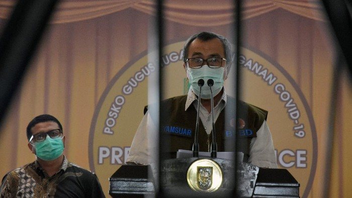 Gubernur Riau Syamsuar (kedua kiri) menyampaikan keterangan pers tentang persiapan Pembatasan Sosial Berskala Besar (PSBB) di Kota Pekanbaru yang telah mendapatkan persetujuan dari Kementerian Kesehatan, di Posko Gugus Tugas Penangangan COVID-19 Provinsi Riau di Pekanbaru, Riau, Senin (13/4/2020). Untuk mecegah meluasnya penyebaran virus Corona (COVID-19), Gubernur Riau mengajak seluruh lapisan masyarakat untuk menaati peraturan-peraturan di saat diberlakukanya PSBB di Kota Pekanbaru. ANTARA FOTO/Rony Muharrman/wsj.