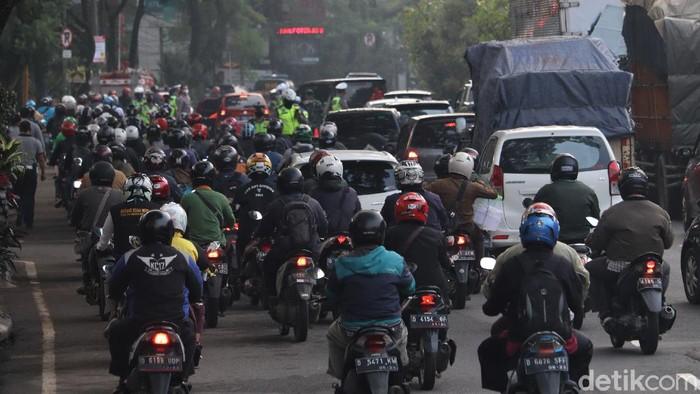 Pembatasan Sosial Berskala Besar (PSBB) mulai diterapkan di Kota Bandung hari ini, Rabu (22/4). Sejumlah petugas bersiaga untuk pantau penerapan PSBB di sana.