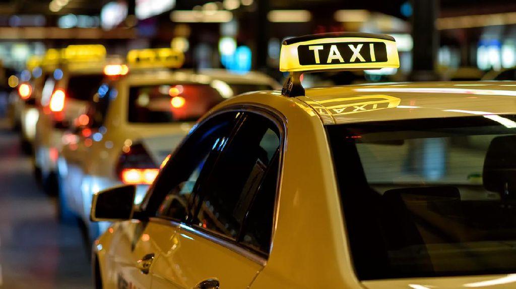 Ada-ada Saja, Sopir Taksi Ini Pasang 100 Jimat di Mobilnya Biar Nggak Kena Corona