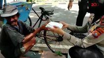 Di Tengah Pandemi Corona, Polantas Pinrang Berbagi Nasi Bungkus