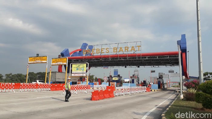 Suasana exit Tol Brebes jelang pemberlakuan larangan mudik