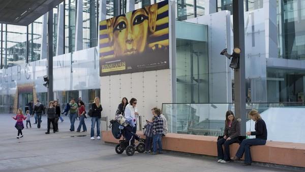 Terakhir, traveler bisa ke institusi budaya Victoria dengan mengunjungi pameran di Melbourne Museum. Tur ini sangat cocok diikuti siswa yang ingin menambah wawasan mereka selagi sekolah ditutup.