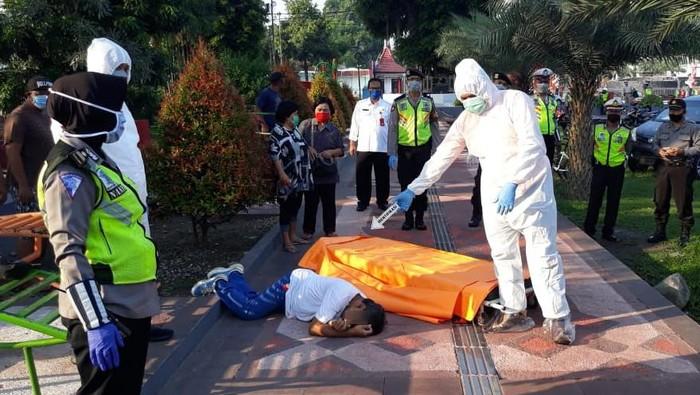 Petugas Ber APD Lengkap Evakuasi Pria yang Meninggal Saat Olah Raga