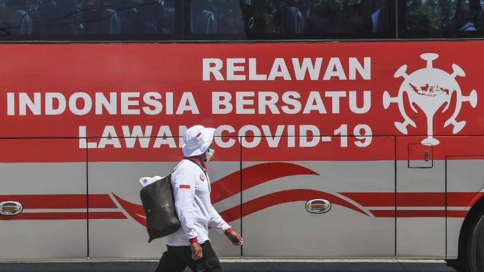 Ratusan Relawan Indonesia Bersatu Lawan COVID-19 menghadiri acara Siaga Pencanangan Gerakan Nasional Indonesia Bersatu Lawan COVID-19 yang digelar di Lapangan Wisma Atlet, Jakarta.