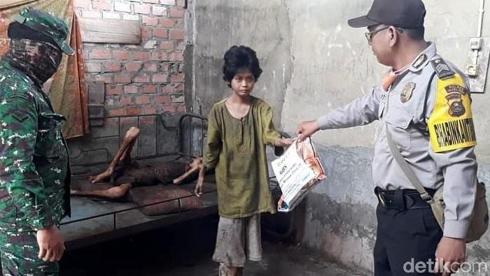 Potret memilukan dua warga Muara Enim, Sumatera Selatan kelaparan dan kondisinya mengenaskan. Kini mereka telah di evakuasi ke rumah sakit.