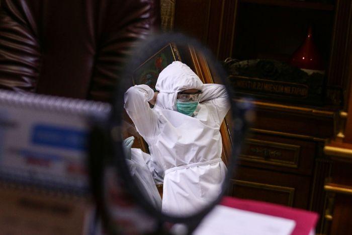 Ditengah pandemi virus Corona, dokter gigi di Jakarta, memakai APD saat tengah memeriksa pasien. Hal itu dilakukan guna cegah penyebaran COVID-19.