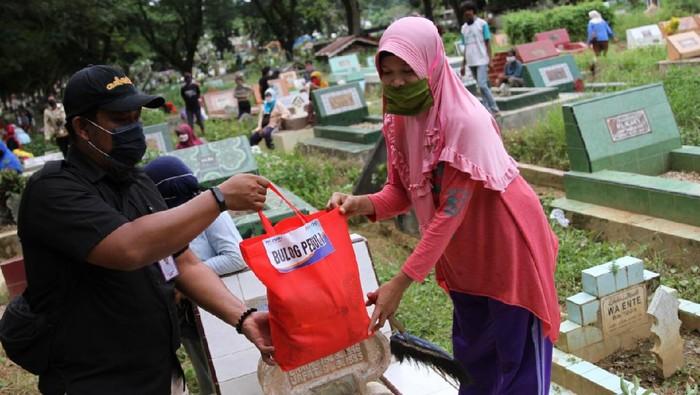 Kantor Wilayah Bulog Sulawesi Tenggara (Sultra) membagikan 200 paket semboko ke warga yang bekerja sebagai pembersih di TPU Punggolaka.