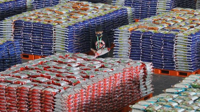 Warga antre dengan menjaga jarak untuk membeli sembako murah saat peluncuran Lumbung Pangan Jawa Timur di JX International, Surabaya, Jawa Timur, Selasa (21/4/2020). Lumbung Pangan Jawa Timur tersebut menjual kebutuhan sembako dengan harga murah yang bisa didapatkan oleh masyarakat terdampak COVID-19, baik datang secara langsung maupun melalui pemesanan secara daring dengan bebas biaya ongkos kirim. ANTARA FOTO/Moch Asim/hp.