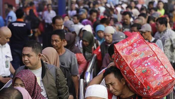 Mudik jadi kegiatan yang kerap dilakukan warga saat Ramadan tiba. Namun, guna putus rantai penyebaran COVID-19 pemerintah Indonesia imbau warga untuk tak mudik.