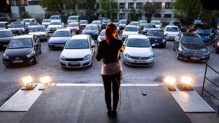 Drive-in theatre adalah sarana bagi seniman di Jerman untuk terus berkarya termasuk konser. Penonton menyaksikan konser ini dari dalam mobil.