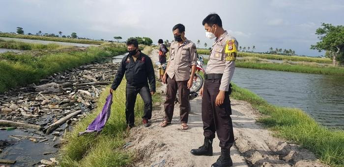 Polisi cek TKP penemuan jasad korban pemuda yang tewas mengambang di saluran air di Pinrang