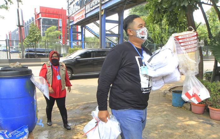 Badan Penanggulangan Bencana (Baguna) PDI Perjuangan menyerahkan bantuan alat pelindung diri (APD) kepada Puskesmas Cikokol di Tangerang, Banten, Rabu (22/4). Anggota DPRD Fraksi PDI Perjuangan Provinsi Banten Sri Hartati (kanan) didampingi Ketua Fraksi PDI Perjuangan DPRD Kota Tangerang Andi Permana (kiri) bersama Badan Penanggulangan Bencana (Baguna) PDI Perjuangan menyerahkan bantuan alat pelindung diri (APD) kepada Dokter Umum pada Unit Pelayanan Terpadu Daerah Puskesmas Karawci Baru (UPTD PKM) Karawaci Baru dr Arnita Asia Harahap sebagai bentuk