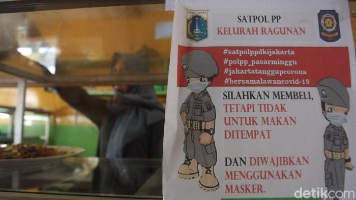Sejumlah rumah makan di Jakarta kini hanya melayani pesanan take away atau bawa pulang. Hal itu dilakukan sebagai upaya untuk cegah penyebaran COVID-19.