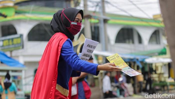 Sejumlah pahlawan super di Pekanbaru turun ke jalan untuk mensosialisasikan pemakaian masker dan cuci tangan demi menghalau penyebaran COVID-19.