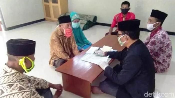Kakek 99 tahun, Mbah Hadi menikahi Yami di kantor KUA Blora, Kamis (23/4/2020).