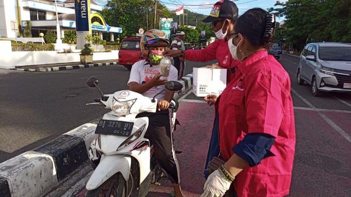 PDI Perjuangan Sumatera Barat membagikan 2.000 alat pelindung diri dan 5.000 masker standar medis ke rumah sakit dan Puskesmas.