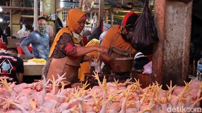 Namun jelang Ramadhan, penjualan daging ayam dan sapi menurun. Pandemi Corona diduga menjadi penyebab turunnya penjualan di Pasar Ciwastra, Kota Bandung.