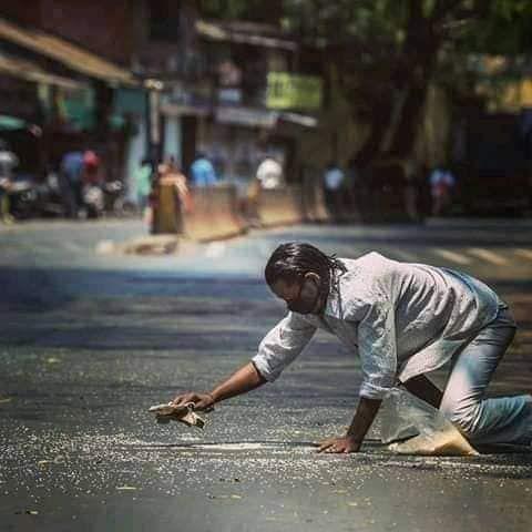 Pria pungut beras di jalanan