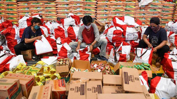Pekerja mengemas paket bantuan sosial (bansos) di Gudang Food Station Cipinang, Jakarta, Rabu (22/4/2020). Pemerintah menyalurkan paket bansos masing-masing sebesar Rp600 ribu per bulan selama tiga bulan sebagai upaya untuk mencegah warga tidak mudik dan meningkatkan daya beli selama pandemi COVID-19 kepada warga yang membutuhkan di wilayah Jabodetabek. ANTARA FOTO/M Risyal Hidayat/aww.