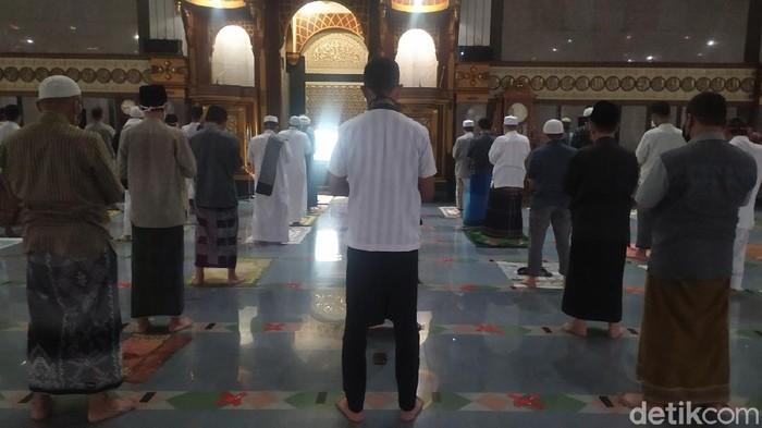 MUI dan Pemkab Cianjur masih memperbolehkan umat Islam di Cianjur untuk melaksanakan salat Tarawih. Ibadah digelar dengan menerapkan physical distancing.