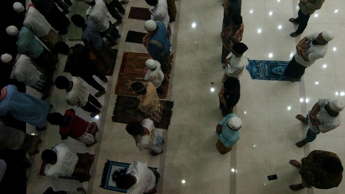 Sejumlah umat Islam melaksanakan shalat tarawih di Masjid Agung Kota Tegal, Jawa Tengah, Kamis (23/4/2020). Meski Pemerintah Kota Tegal telah menerapkan PSBB tahap I dari 23 April hingga 6 Mei, sejumlah jemaah masih melaksanakan shalat tarawih di masjid di tengah pandemi COVID-19. ANTARA FOTO/Oky Lukmansyah/aww.