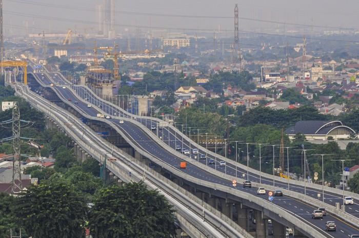 Suasana jalan tol layang (elevated) Jakarta-Cikampek II di Bekasi, Jawa Barat, Rabu (22/4/2020). Direktorat Lalu Lintas (Dirlantas) Polda Metro Jaya berencana menutup jalan tol layang Jakarta-Cikampek II pada tanggal (24/4/2020) Jum'at 00.00 WIB sebagai tindak lanjut larangan mudik yang telah diputuskan Presiden Joko Widodo. ANTARA FOTO/ Fakhri Hermansyah/foc.