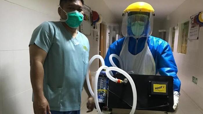 Tenaga Kesehatan di Rumah Sakit Advent Bandung membawa produk Vent-I