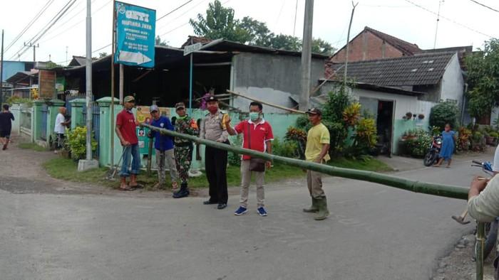 desa di Kecamatan Kademangan Kabupaten Blitar melockdown jalan desanya