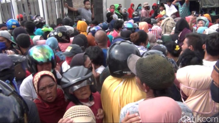 Warga mengantre demi sembako di depan rumah Gubernur Kaltim Isran Noor (Suriyatman/detikcom)