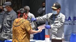 Bakamla Beri Sembako dan Masker ke Warga-Driver Ojol yang Terdampak Corona