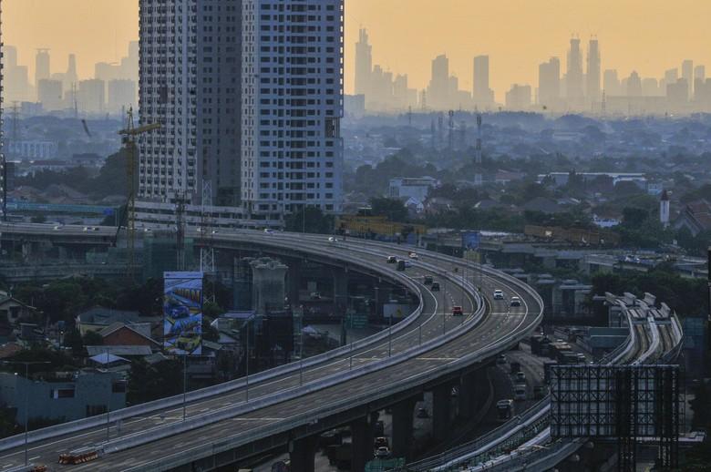 Suasana jalan tol layang (elevated) Jakarta-Cikampek II di Bekasi, Jawa Barat, Rabu (22/4/2020). Direktorat Lalu Lintas (Dirlantas) Polda Metro Jaya berencana menutup jalan tol layang Jakarta-Cikampek II pada tanggal (24/4/2020) Jumat 00.00 WIB sebagai tindak lanjut larangan mudik yang telah diputuskan Presiden Joko Widodo. ANTARA FOTO/ Fakhri Hermansyah/foc.