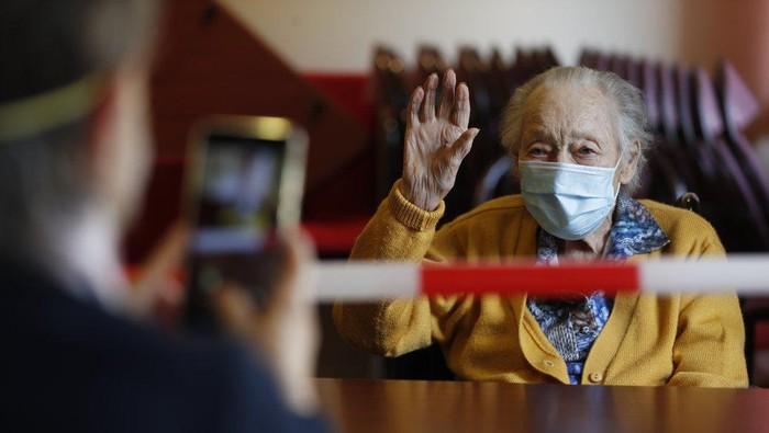 Seorang lansia, Marguerite Mouille (94), di Panti Jompo Kaisesberg, Timur Perancis saat dikunjungi oleh anaknya.