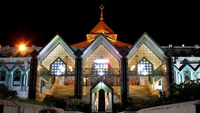 Suasana Masjid Al-Markaz Al-Islami yang biasanya ramai saat pelaksanaan shalat tarawih terlihat sepi di Makassar, Sulawesi Selatan, Kamis (23/4/2020) malam. Guna memutus rantai penyebaran COVID-19, pengurus masjid tersebut meniadakan aktivitas beribadah termasuk pelaksanaan shalat tarawih seiring ditetapkannya 1 Ramadhan 1441 Hijriah yang jatuh pada Jumat, 24 April 2020 oleh pemerintah. ANTARA FOTO/Arnas Padda/yu/aww.