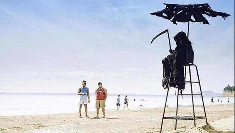 Bayangkan jika Anda berlibur ke pantai di tengah wabah Corona kemudian muncul sosok malaikat maut, apa yang Traveler lakukan?