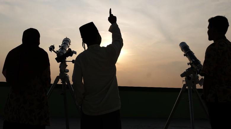 Tim Astronomi dan Ilmu Falak dari MAN 1 Solo melakukan   pemantauan hilal (rukyatul hilal) dengan teleskop di laboratorium sekolah setempat, Solo, Jawa Tengah, Kamis (23/4/2020). Pemantauan hilal (rukyatul hilal) tersebut untuk penetapan 1 Ramadan 1441H. ANTARA FOTO/Maulana Surya/aww.