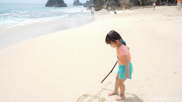 Pasir putihnya sanggup membuat para pengunjung betah berlama-lama.