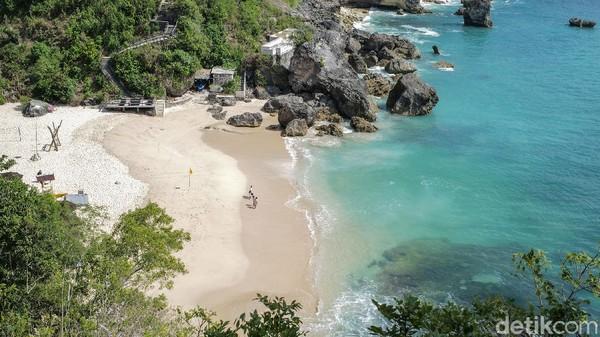 Pantai Kubu terbilang masih alami dan terjaga kecantikannya.