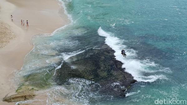 Pantai ini berada di balik batu karang kawasan Nusa Dua.
