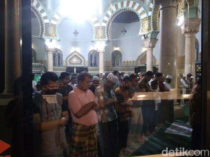 Salat Tarawih di Masjid Raya Al Mashun Medan (Haris Fadhil/detikcom)