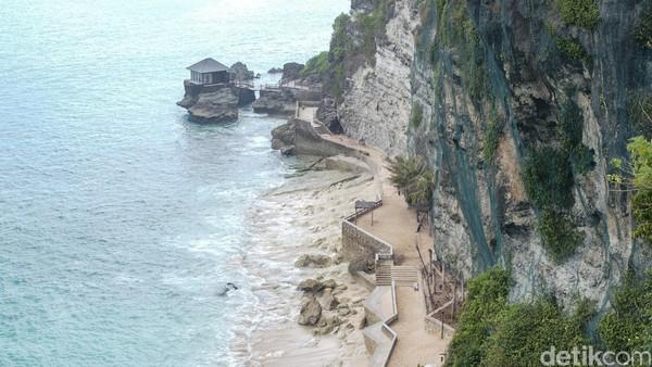 Tebing yang menjorok ke pantai membuat pemandangan semakin indah.