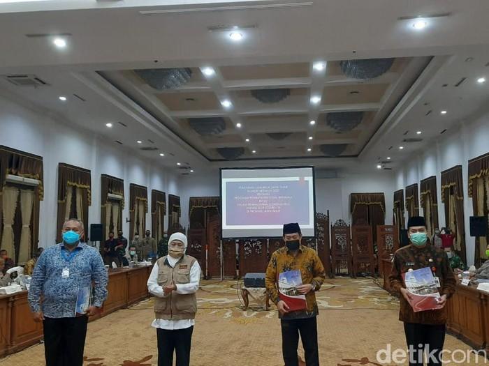 Gubernur Jatim Khofifah Indar Parawansa menetapkan PSBB Surabaya Raya mulai Selasa (28/4) hingga Senin (11/5). PSBB akan berlaku selama 14 hari.
